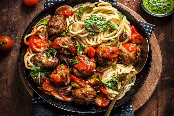 Лесна и вкусна рецепта за спагети с кюфтенца и доматен сос по италиански.